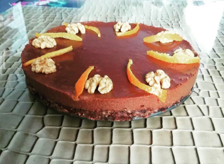 Сурова шоколадова торта с пияни череши