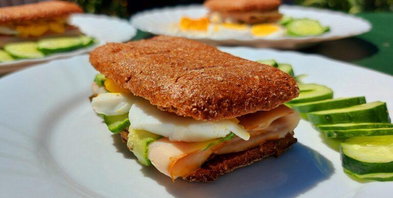 Тост сандвич с пуешко филе и авокадо